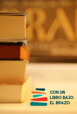 Con un libro bajo el brazo